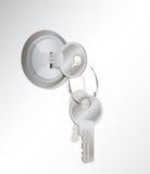 Un clave del metal en un bloqueo. otros en el key-ring Imagen de archivo