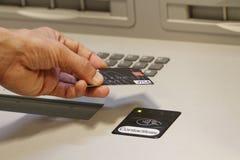 Un client payant utilisant le système sans contact de paiement par carte de crédit Image libre de droits