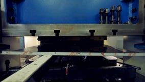 Un closing nel colpo su un acciaio inossidabile che forma macchina archivi video