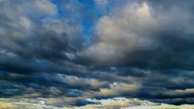 Un Cloudscape inégal s'étendant admirablement photographie stock