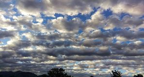 Un Cloudscape inégal s'étendant admirablement photo libre de droits