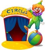 Un clown en haut d'une boule présentant la maison de cirque Photo libre de droits