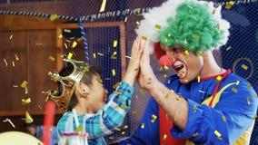 Un clown et un garçon banque de vidéos