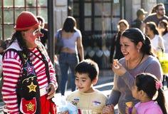 Un clown et une famille images stock