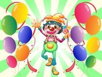 Un clown féminin au milieu des ballons Image libre de droits