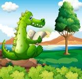 Un coccodrillo che si siede sopra la roccia mentre leggendo vicino al fiume Immagine Stock