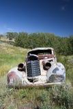 Un coche abandonado de los años 30 en un campo en Montana Fotos de archivo libres de regalías