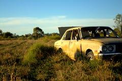 Un coche amarillo abandonado viejo Fotos de archivo libres de regalías