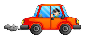 Un coche anaranjado que emite un humo oscuro Imagen de archivo libre de regalías