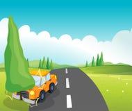 Un coche anaranjado que topa el árbol de pino Imagen de archivo libre de regalías