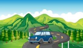 Un coche azul y la carretera con curvas Fotografía de archivo
