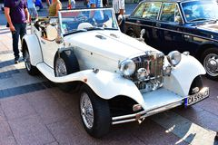 Un coche clásico viejo expuesto en la exposición al aire libre imagenes de archivo