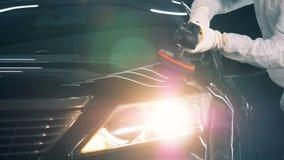 Un coche con las luces encendidas está consiguiendo pulimentado almacen de video