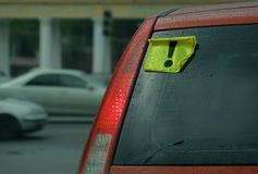 Un coche con un conductor inexperto foto de archivo libre de regalías