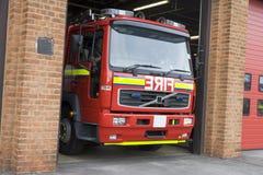 Un coche de bomberos que sale del parque de bomberos Fotografía de archivo