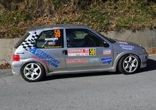Un coche de carreras de Peugeot 106 implicado en la raza Foto de archivo
