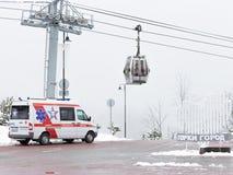 Un coche de la ambulancia en las montañas en Sochi Fotografía de archivo