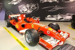 Un coche de la fórmula 1 de Ferrari en el museo de Ferrari, Maranello, Italia foto de archivo libre de regalías
