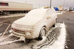 Un coche de remolque después de una tormenta anormal en Wyoming imagen de archivo libre de regalías