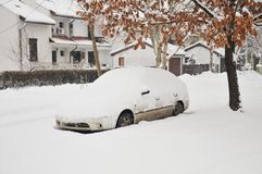 Un coche debajo de la nieve Fotos de archivo libres de regalías