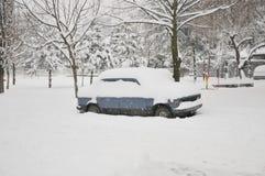 Un coche debajo de la nieve Imagen de archivo libre de regalías
