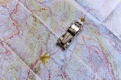 Un coche del juguete, viajes en un mapa de camino Imagen de archivo libre de regalías