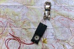 Un coche del juguete, viajes en un mapa de camino Imágenes de archivo libres de regalías