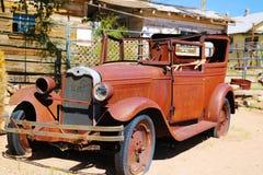 Un coche del vintage se fue abandonado cerca de la tienda general de la almecina La tienda general de la almecina es parada famos foto de archivo