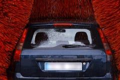 Un coche dentro de una lavadora del coche mientras que está trabajando imágenes de archivo libres de regalías