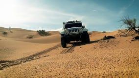 Un coche en el desierto del Sáhara almacen de video