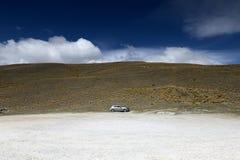 Un coche en un espacio Foto de archivo libre de regalías