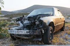 Un coche estrellado en un desguace imagen de archivo