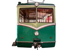 Un coche ferroviario verde de diente aislado en un fondo blanco con una trayectoria que acorta foto de archivo