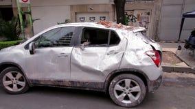 Un coche fue roto por la caída de la ruina de edificio
