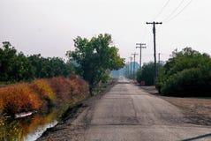 Un coche inminente a distancia abajo de una carretera nacional Fotos de archivo