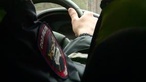 Un coche polic?a est? conduciendo a lo largo del camino en la ca?da metrajes