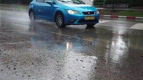 Un coche que salpica el agua de un charco del agua almacen de video