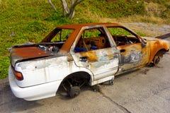 Un coche quemado se fue a la putrefacción en las zonas tropicales Fotos de archivo libres de regalías