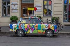 Un coche trabante viejo en Berlín fotos de archivo
