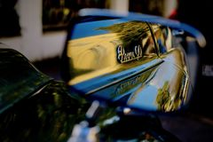 Un coche viejo en su espejo Foto de archivo libre de regalías