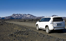 Un coche 4WD en las montañas interiores Foto de archivo libre de regalías