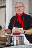 Un cocinero en el trabajo Foto de archivo