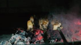 Un cocinero en un restaurante asa a la parrilla la carne en el carbón de leña 4k almacen de video