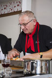 Un cocinero está preparando la comida Imágenes de archivo libres de regalías