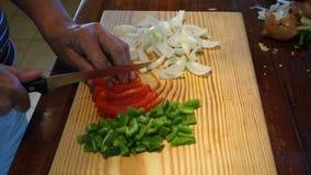 Un cocinero que corta los ingredientes en cuadritos para la quiche almacen de metraje de vídeo
