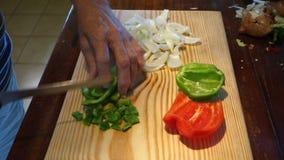 Un cocinero que corta los ingredientes en cuadritos para la quiche almacen de video
