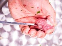 Un cocinero que hace kebab de la carne roja Imagenes de archivo