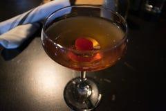 Un cocktail avec une cerise dans elle photo libre de droits