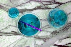 Un cocktail bleu martini avec le chemin de coupure de stylo inclus photographie stock