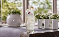 Un cocktail clair avec une fleur garnissent Images libres de droits